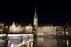 Fraumunster Kirche nachts reflektiert im Fluss Stockfotografie