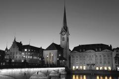 Fraumunster-Kirche Zürich teils gefärbt stockfotografie