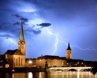 Fraumunster, Zurich z błyskawicą - Fotografia Stock