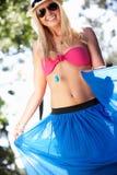 Frautragender Bikini und Sarong im Garten Stockbild
