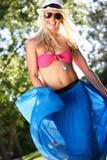 Frautragender Bikini und Sarong im Garten Stockfotografie