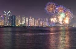 Frazione dell'orizzonte del distretto del porticciolo del Dubai con i fuochi d'artificio La Doubai, UAE Immagine Stock
