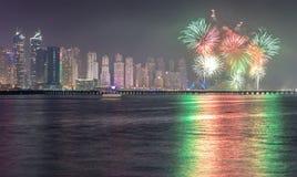 Frazione dell'orizzonte del distretto del porticciolo del Dubai con i fuochi d'artificio La Doubai, UAE Fotografie Stock