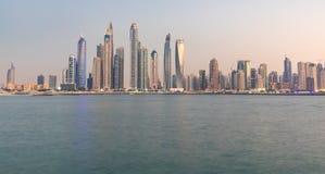 Frazione dell'orizzonte del distretto del porticciolo del Dubai dopo il tramonto La Doubai, UAE Fotografie Stock Libere da Diritti