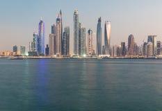 Frazione dell'orizzonte del distretto del porticciolo del Dubai dopo il tramonto La Doubai, UAE Fotografia Stock