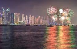 Frazione dell'orizzonte del distretto del porticciolo del Dubai durante i fuochi d'artificio celebratori di festa nazionale La Do Fotografia Stock