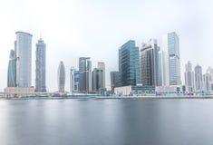Frazione dell'orizzonte del distretto della baia di affari del Dubai un giorno nuvoloso La Doubai, UAE Fotografia Stock