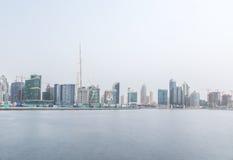 Frazione dell'orizzonte del Dubai con Burj Khalifa un giorno nuvoloso La Doubai, UAE Fotografia Stock