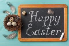 Frazuje Szczęśliwego Esther na chalkboard i gniazduje z jajkami Fotografia Stock