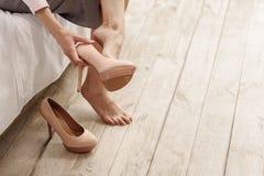 Frazzling обувь unshoe молодой женщины стоковые изображения