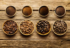 Förbereda nya stekkaffebönor att brygga Arkivfoton