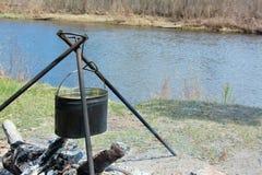 förbereda sig för campfiremat Arkivfoto