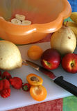 förberedande sallad för frukt iii Arkivbilder