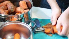 Förberedelse av morotfruktsaft arkivfilmer
