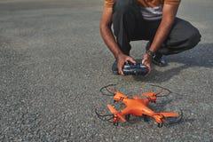 Förberedelser för surr flyger först Arkivfoto