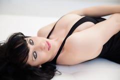 Förbluffa ögon av brunettkvinnan som ner ligger Royaltyfria Bilder
