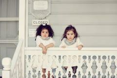 Förbluffade systrar Fotografering för Bildbyråer