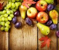 Früchte über hölzernem Hintergrund Stockbild