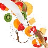 Früchte im Milch- und Schokoladenspritzen Stockfotografie