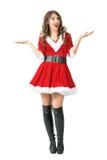 Fördelande armar för förvånad jultomtenkvinna som ser kameran Royaltyfri Fotografi