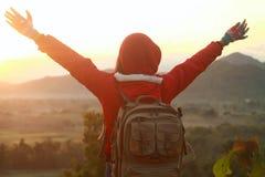 Fördelande händer för lycklig kvinna, fotvandra för berg Arkivbilder