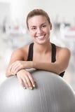 Färdig kvinna som rymmer en Pilates boll Royaltyfri Foto