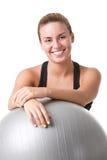 Färdig kvinna som rymmer en Pilates boll Royaltyfria Bilder