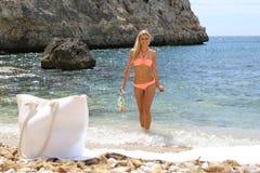Färdig le kvinna, i att snorkla för bikiniinnehav Royaltyfri Fotografi
