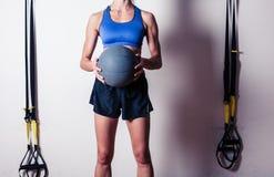 Färdig ung kvinna med medicinbollen Royaltyfria Bilder