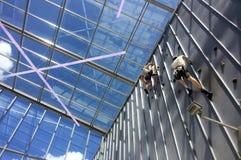 Färdiga par vaggar klättring Royaltyfri Fotografi