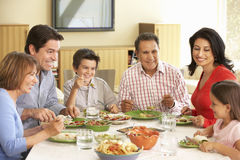 Fördjupad latinamerikansk familj som hemma tycker om mål Arkivfoton