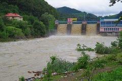 Fördämningflod i en regnig säsong Arkivbilder