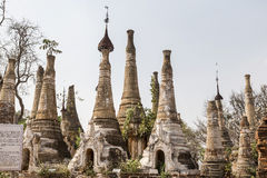Fördärvar av forntida Burmese buddistiska pagoder Nyaung Ohak i byn av Indein på inlägg sjön Arkivbild