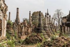 Fördärvar av forntida Burmese buddistiska pagoder Nyaung Ohak i byn av Indein på inlägg sjön i Shan State Royaltyfri Fotografi