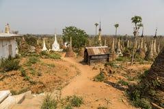 Fördärvar av forntida Burmese buddistiska pagoder Nyaung Ohak i byn av Indein på inlägg sjön i Shan State Arkivfoto