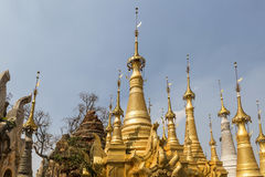 Fördärvar av forntida Burmese buddistiska pagoder Nyaung Ohak i byn av Indein på inlägg sjön i Shan State Arkivfoton