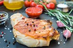 Freír la carne sabrosa con la especia Imagenes de archivo