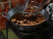 Freír la croqueta de pescados picante almacen de metraje de vídeo