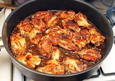 Freír las alas de pollo Imagenes de archivo