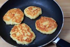 Freír las crepes de patata Fotografía de archivo libre de regalías