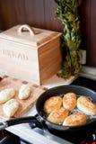 Freír las empanadas en la cocina Fotos de archivo