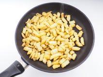 Freír las patatas tajadas en una cacerola de fritada Fotografía de archivo