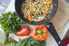 Freír los ingredientes del risotto Foto de archivo