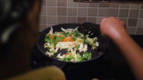 Fre?r verduras en una cacerola almacen de metraje de vídeo
