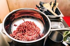 Freaf minced mięso w metalu pucharu zakończeniu zdjęcia stock