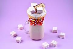 Freakshake rosa della fragola con la caramella gommosa e molle ed i dolci fotografia stock