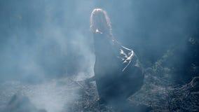 Freaky jonge vrouw die in de dikke blauwe rook dansen stock footage
