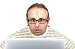 Freaky-mens-obsederen-met-Internet Royalty-vrije Stock Foto's