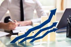 Frecce blu nella direttiva di Front Of Graph Showing Upward immagine stock