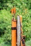 Frecce con piume colorate nel fremito di cuoio Immagini Stock